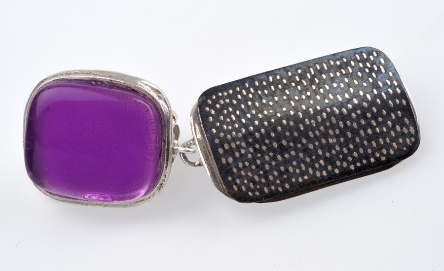 Boucles d'oreilles art déco violet detail